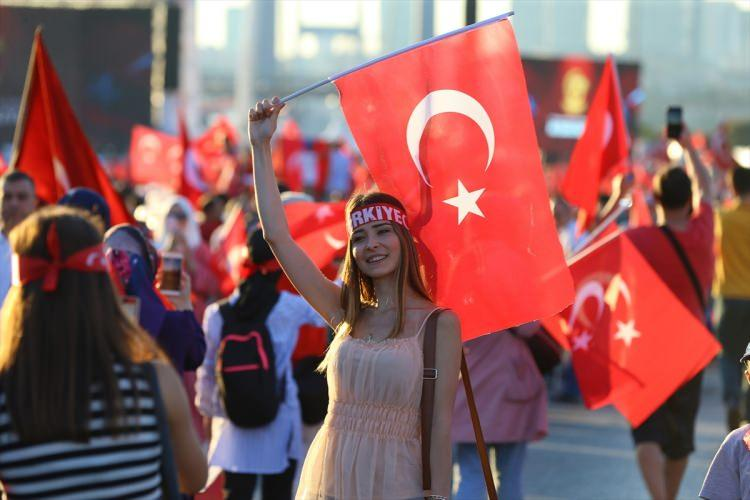 <p>15 Temmuz Demokrasi ve Milli Birlik Günü' kapsamında Türkiye genelinde milyonlarca kişi Demokrasi Nöbeti tuttu!<br /> <br /> İstanbul'da yüz binlerce vatandaş, Fetullahçı Terör Örgütü'nün (FETÖ) darbe girişiminde hayatını kaybeden şehitleri anmak için 15 Temmuz Şehitler Köprüsü'nde tek yürek oldu.</p>