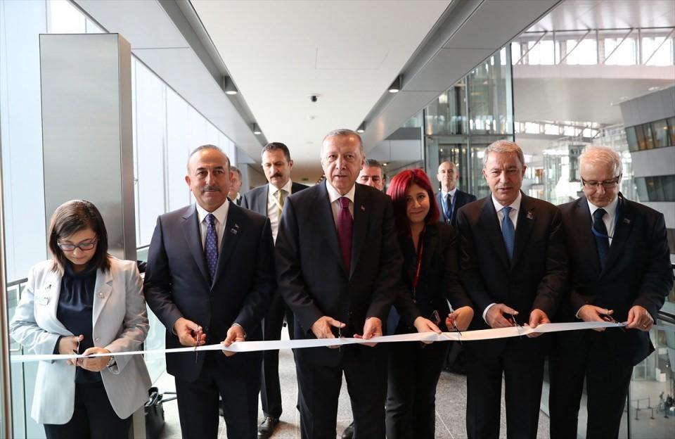 <p>Türkiye Cumhurbaşkanı Recep Tayyip Erdoğan, NATO Karargahında bulunan NATO Daimi Temsilciliğinin açılışını Dışişleri Bakanı Mevlüt Çavuşoğlu ve Milli Savunma Bakanı Hulusi Akar'la gerçekleştirdi.</p>