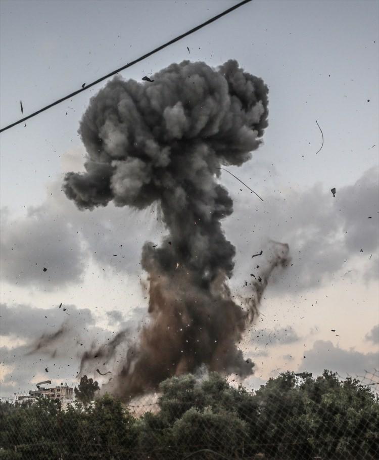<p><strong>İsrail</strong>ordusu, bugün<strong>Gazze'ye</strong>savaş uçakları,<strong>tank atışı</strong>ve<strong>toplarla</strong>düzenlediği saldırının devam ettiğini duyurdu.</p>