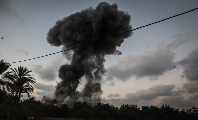 <p>İsrail ordu sözcülüğünden bir yetkili, Gazze sınırındaki İsrail askerlerine ateş açıldığını öne sürerek, buna karşılık ordunun Gazze'ye saldırı başlattığını söyledi.</p>