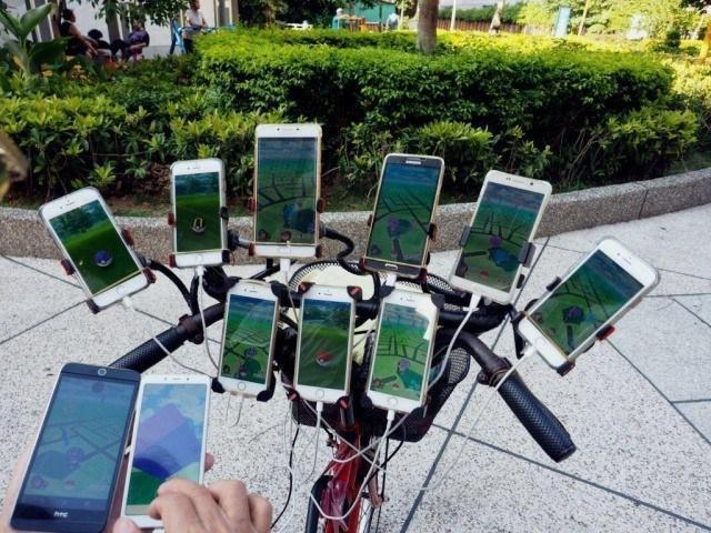 Her gün 11 telefonla pokemon avına çıkıyor!