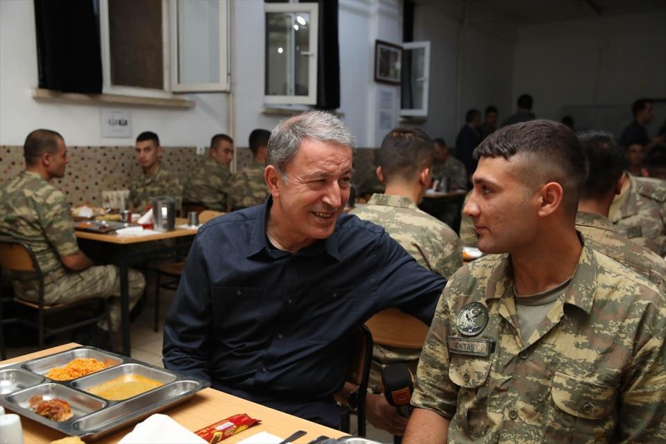 <p>Görevlerini tamamlamalarının ardından askerleri güzel bir hayat beklediğini belirten Akar, onlardan buna hazır olmalarını istedi. Bakan Akar, Mehmetçik'e sigara içmemeleri tavsiyesinde de bulunarak, şunları ifade etti:</p>  <p></p>