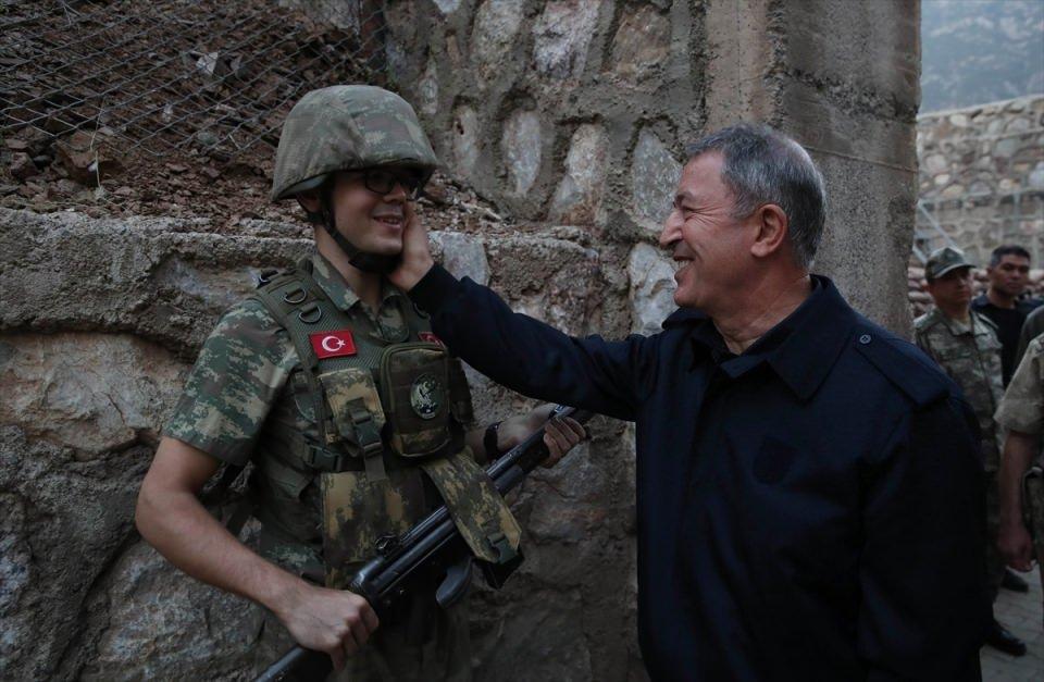 <p>Bakan Akar ve beraberindekileri Selahaddin Eyyübi Havalimanı'nda Hakkari Valisi Cüneyit Orhan Toprak, 2. Ordu Komutanı Korgeneral Metin Temel ve diğer yetkililer karşıladı.</p>  <p></p>