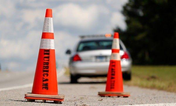 <p>Yollara konulan uyarılarda, 'Kasırga' ve 'Tahliye' yazıları dikkat çekiyor.</p>