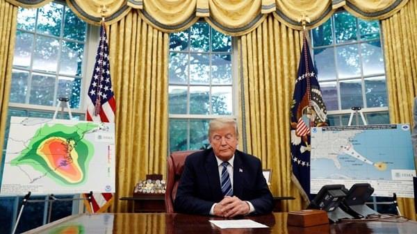 <p>Geçen yıl üç bin insanın öldüğü Maria Kasırgası nedeniyle yoğun eleştiri alan Trump, bu kez işi sıkı tutuyor.</p>
