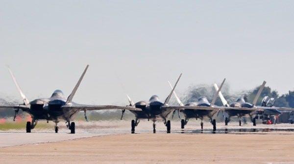 <p>Çok sayıda savaş uçağı, kalkış için sıra bekledi.</p>