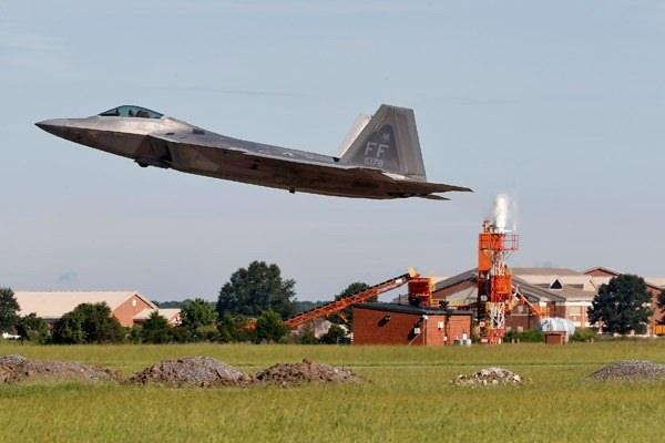 <p>Virginia'daki Langley hava üssündeni jetler, peş peşe havalandı.</p>