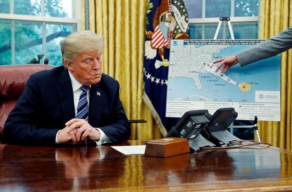 """<p>Üç eyalette olağanüstü hal ilan eden Trump, """"Harcamalardan kısamayız, tamamen hazır olmalıyız"""" dedi.</p>"""