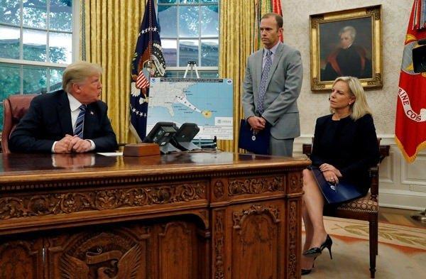 <p>ABD İç Güvenlik Bakanı Kirstjen Nielsen'nin de yer aldığı sunumda, Trump'ın gergin olduğu gözlendi.</p>