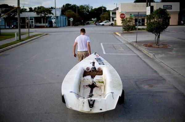 <p>Emmett West ise, marinadaki botunu evine doğru taşıyor.</p>