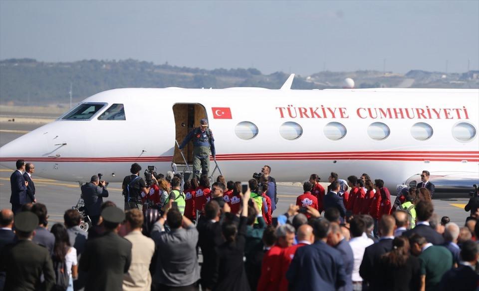 <p>Türkiye Cumhurbaşkanı Recep Tayyip Erdoğan, Türkiye Teknoloji Takımı (T3) Vakfı ve İstanbul Büyükşehir Belediyesi tarafından organize edilen, Anadolu Ajansı'nın (AA) global iletişim ortağı olduğu TEKNOFEST İSTANBUL Havacılık, Uzay ve Teknoloji Festivali'nin gerçekleştirildiği İstanbul Yeni Havalimanı'na uçakla geldi.</p>  <p></p>