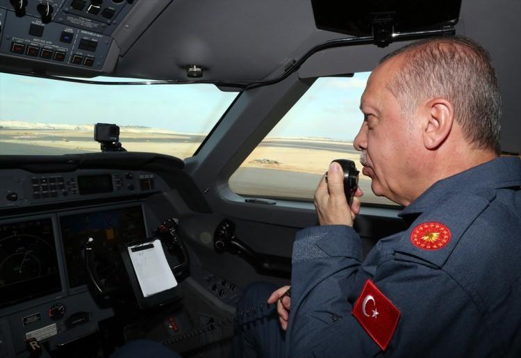 <p>Cumhurbaşkanı Erdoğan'ın üzerinde Cumhurbaşkanlığı forsunun bulunduğu pilot üniforması giydiği görüldü.</p>