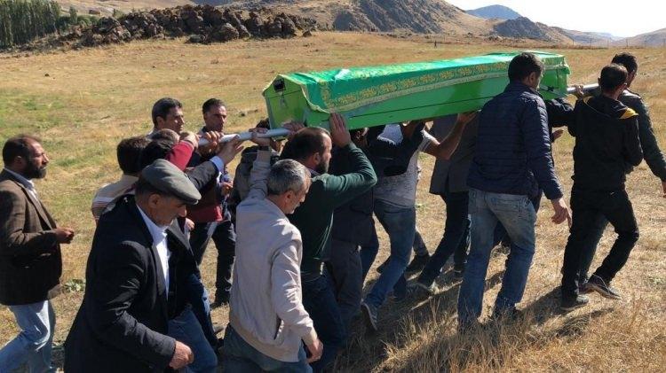 <p>Sabaha kadar morgda bekletilen Sedanur'un cenazesi, Kağızman Belediyesi'ne ait cenaze nakil aracı ile alınarak Paslı köyüne götürüldü.</p>