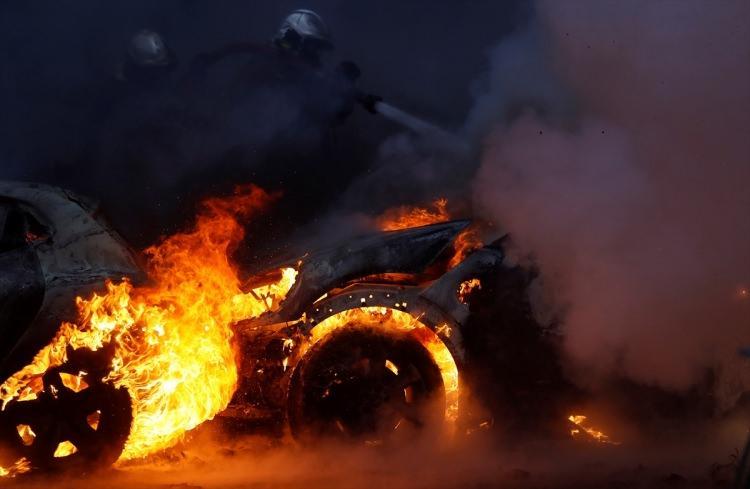 <p>Fransa'da, akaryakıt zamları ülke genelinde protesto edilirken, başkent Paris'te eylemciler çok sayıda aracı ateşe verdi.</p>