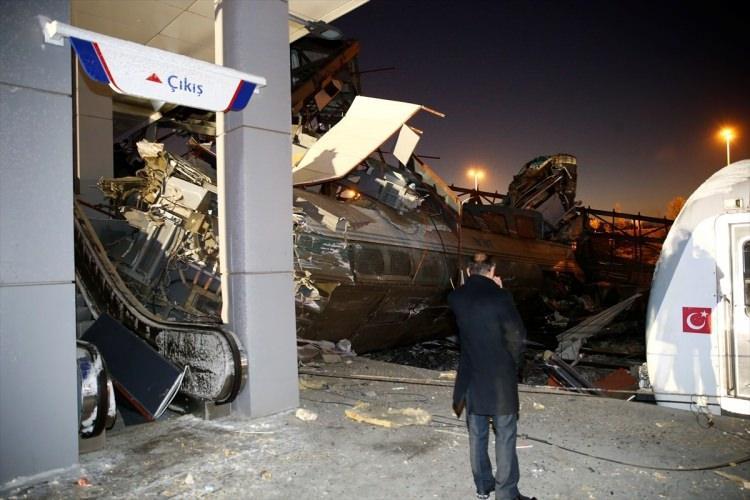<p>Kaza sonrası üst geçidin bir kısmı iki vagonun üstüne göçerken bazı vagonlar da devrildi.</p>  <p></p>