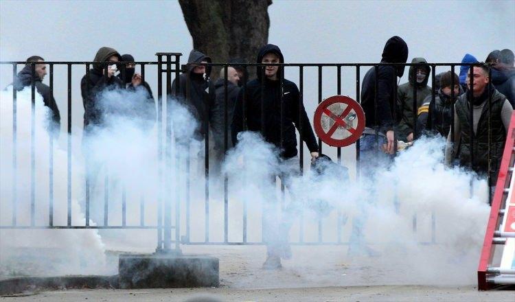 <p>Belçika'nın başkenti Brüksel'de Avrupa Birliği binalarının bulunduğu alanda polis aşırı sağcı ve göç karşıtı bine yakın göstericiye gaz bombası ve TOMA ile müdahalede bulundu.</p>