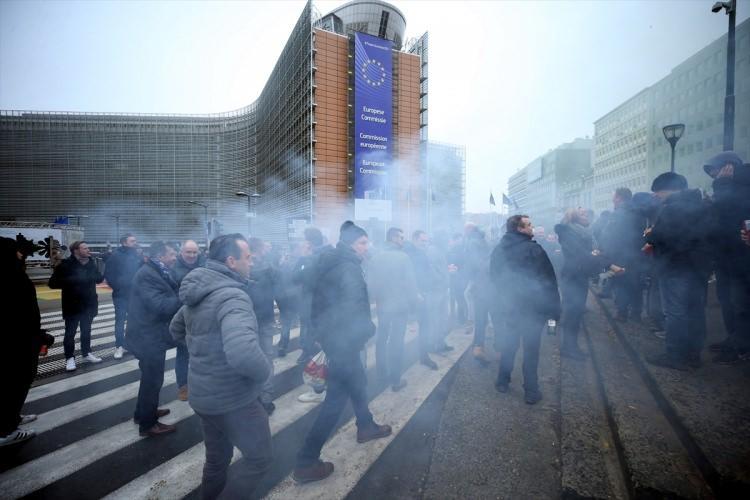 <p>Fas'ın Marakeş kentinde 10 ve 11 Aralık'ta düzenlenen, 164 ülkenin katıldığı uluslararası konferansta imzalanan BM Küresel Göç Sözleşmesi'ne destek veren ve karşı çıkan gruplar Brüksel'de protestolar gerçekleştirdi.</p>