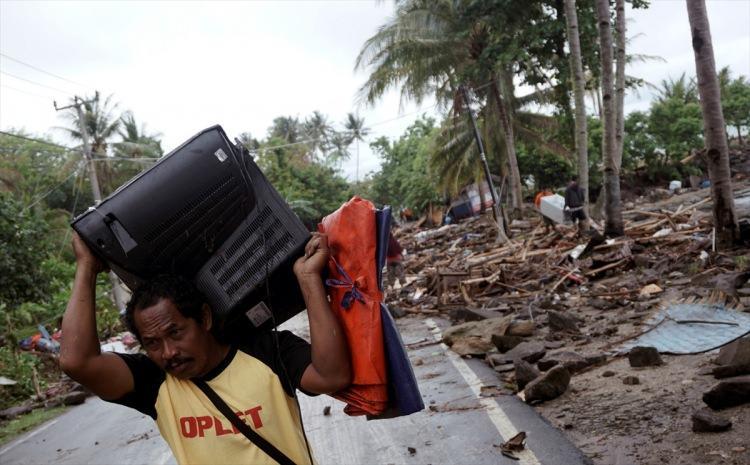 <p>Endonezya'da, Sunda Boğazı'nda meydana gelen tsunamide ölü sayısının 62'ye yükseldiği bildirildi. Boğaz etrafında yer alan Serang, Pandeglang ve Lampung bölgelerinin kıyı kesimlerinin, tsunamiden etkilendiğini belirtilirken, yüzlerce evin zarar gördüğünü ifade edildi.</p>  <p></p>