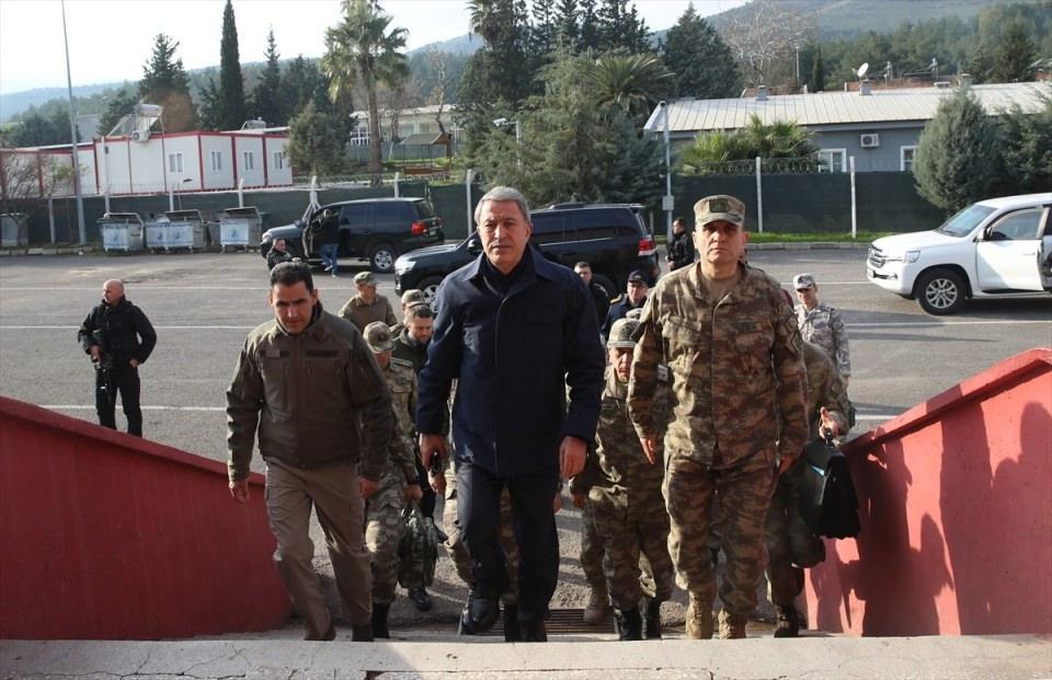 <p>Milli Savunma Bakanı Hulusi Akar, Genelkurmay Başkanı Orgeneral Yaşar Güler, Kara Kuvvetleri Komutanı Ümit Dündar ve MİT Başkanı Hakan Fidan'ın katıldığı toplantıda Suriye'nin kuzeyindeki gelişmeler değerlendirildi.</p>  <p></p>