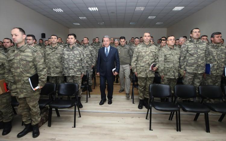 <p>Milli Savunma Bakanı Hulusi Akar beraberinde Genelkurmay Başkanı Orgeneral Yaşar Güler ve Kara Kuvvetleri Komutanı Orgeneral Ümit Dündar ile Suriye sınırındaki Şanlıurfa'ya giderek, incelemelerde bulundu.</p>