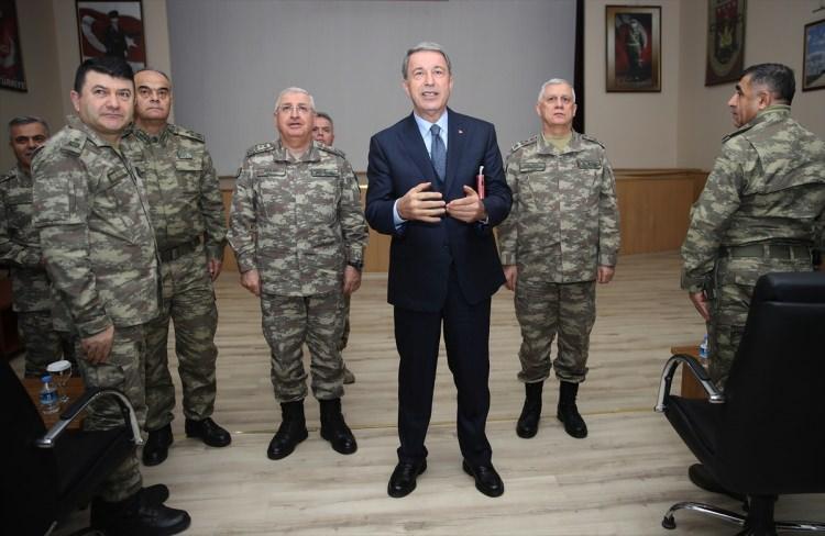 """<p><strong>PLANLAMALAR YAPILDI</strong></p>  <p>Milli Savunma Bakanı Hulusi Akar burada yaptığı konuşmada """"Önümüzde Münbiç, Fırat'ın doğusu var. Bununla alakalı gereken planlamalar yapıldı. Hazırlıklarımız yoğun bir şekilde devam ediyor."""" dedi.</p>"""