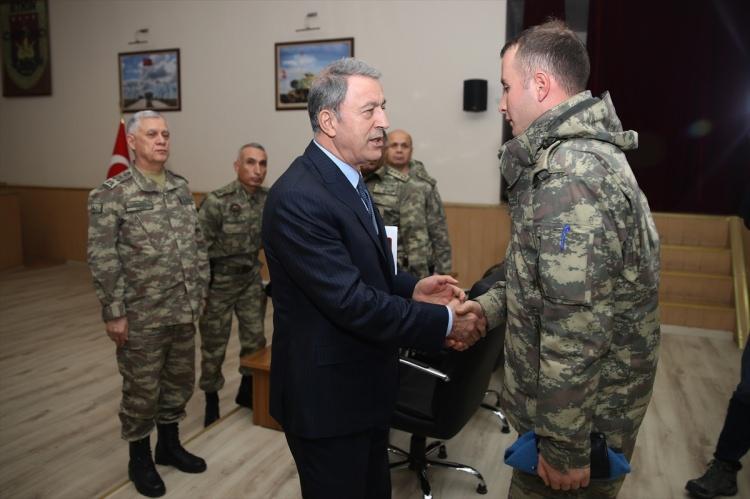 """<p><strong>KAZDIKLARI ÇUKURLARA GÖMÜLECEK</strong></p>  <p><em>Akar konuşmasına şu şekilde devam etti:</em></p>  <p>""""Yeri ve zamanı geldiğinde, önceki operasyonlara benzer şekilde, buradaki teröristler de kazdıkları çukurlara gömülecek. Türkiye Cumhuriyeti devleti, ülkemizde veya sınırlarımız ötesinde, nerede olursa olsun teröre son vermek için son derece kararlı. Tek hedefimiz teröristlerdir. Et ve tırnak gibi olduğumuz Kürt kardeşlerimizle hiçbir sorunumuzun olmadığını akıl sahibi herkes biliyor.'' dedi.</p>"""