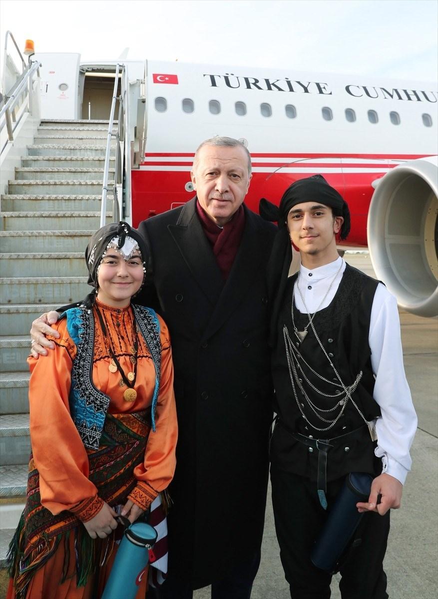 <p>Cumhurbaşkanı Erdoğan'ı Trabzon Havalimanı'nda İçişleri Bakanı Süleyman Soylu ve Trabzon Valisi İsmail Ustaoğlu karşıladı.</p>