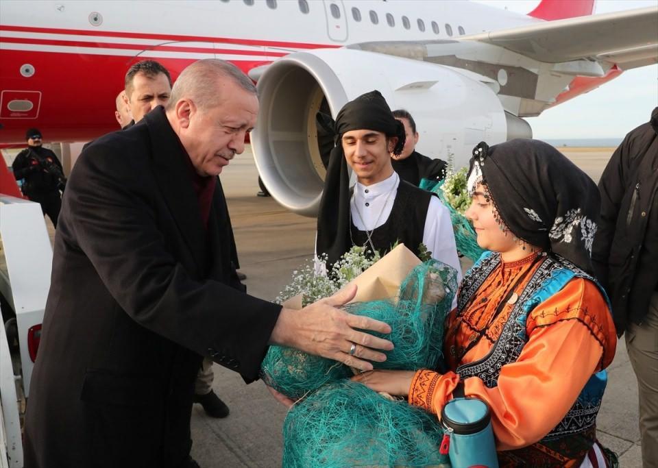 <p>Cumhurbaşkanı Erdoğan'ı Trabzon Havalimanı'nda yöresel kıyafetli çocuklar çiçeklerle karşıladı.</p>