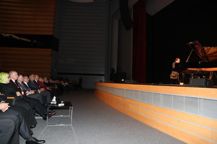 <p>Cumhurbaşkanı Recep Tayyip Erdoğan ve eşi Emine Erdoğan bu akşam konsere katıldı.</p>