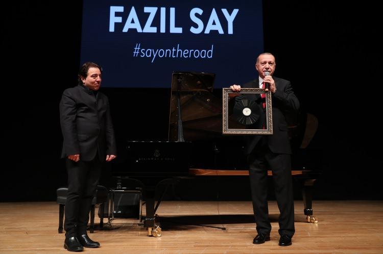 <p>Cumhurbaşkanı Recep Tayyip Erdoğan, Fazıl Say'ın konserinin izledi. Erdoğan, konser sonrası Say'a, Aşık Veysel'in bir plağını hediye etti.</p>