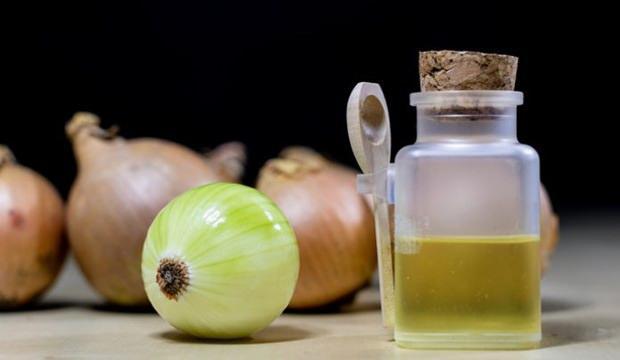 <p><strong>Soğan suyu: </strong>2 yemek kaşığı soğan suyu ve 1 su bardağı ılık suyu karıştırın ve bu karışımla günde 2 kez gargara yapın.</p>  <p></p>