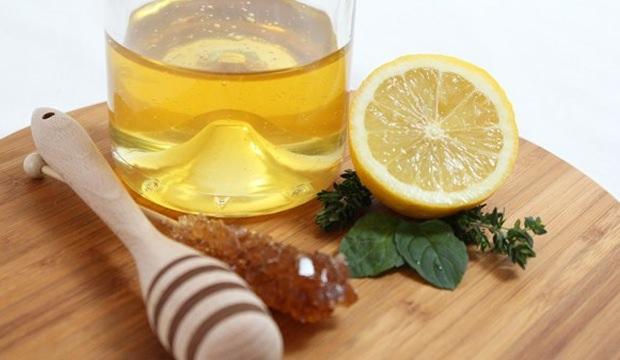 <p><strong>Bal ve limon; </strong>Bal ve limon karışımı boğaz şişmesine çok iyi gelmektedir. Bir adet limonun suyu ile bir tatlı kaşığı balı bir bardak sıcak suda karıştırın. Dilerseniz karabiber de ekleyebilirsiniz. Her gün 3-4 defa bu karışımı içerseniz boğaz şişkinliğine iyi gelecektir.</p>  <p></p>