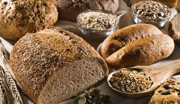 <div>Lif bakımından zengin olan tam tahıllar kan basıncını düşürmeye yardımcı olur. Esmer pirinç, kepekli ekmek, arpa ve yulaf gibi tam tahılları beslenmenize ekleyin. Ayrıca beyaz un ve şeker gibi rafine karbonhidratlar yerine tam tahıllı besinler düzenli olarak tüketilirse tansiyonunuzu kontrol altına alabilirsiniz.</div>  <div></div>