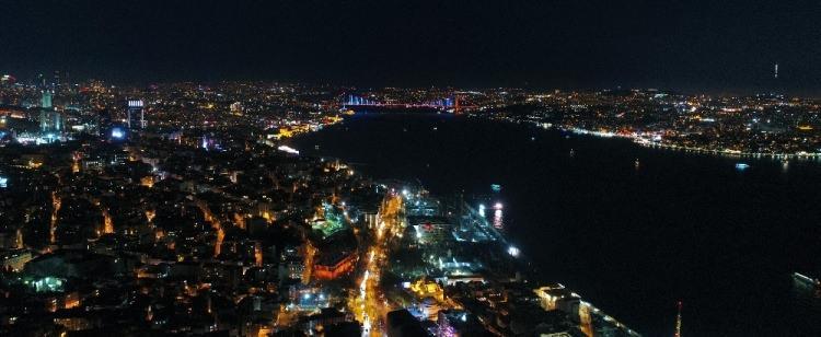 <p>15 Temmuz Şehitler Köprüsü, Yavuz Sultan Selim Köprüsü ve Galata Kulesi, 4 Şubat Dünya Kanser Günü'ne dikkati çekmek için mavi-turuncu renklerle ışıklandırıldı.</p>