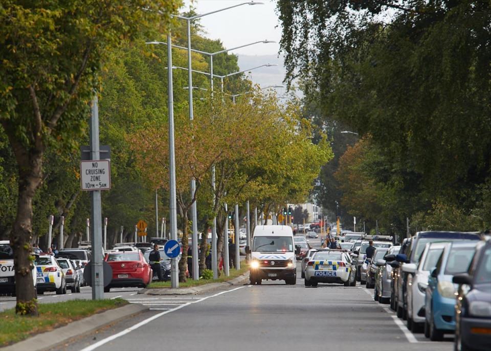 <p>Öte yandan Yeni Zelanda polisi, ülkedeki tüm camilere kapılarını kapatması uyarısında bulundu. Yeni Zelanda Başbakanı Jacinda Ardern camiye düzenlenen terör saldırında şehit sayısının 49'a yükseldiğini açıkladı.</p>