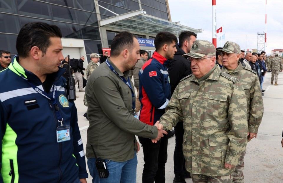 <p>Milli Savunma Bakanı Hulusi Akar, beraberinde Genelkurmay Başkanı Orgeneral Yaşar Güler ve Kara Kuvvetleri Komutanı Orgeneral Ümit Dündar ile Hakkari'de şehit askerler için düzenlenecek törene katılmak üzere Yüksekova'ya geldi.</p>  <p></p>