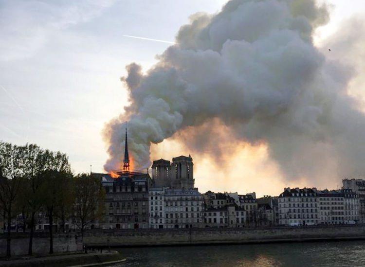 <p>Avrupa'da en çok ziyaret edilen yerlerin başında gelen tarihi Notre Dame Katedrali'nde renovasyon çalışmaların yapıldığı bölümde yangın çıktı.</p>