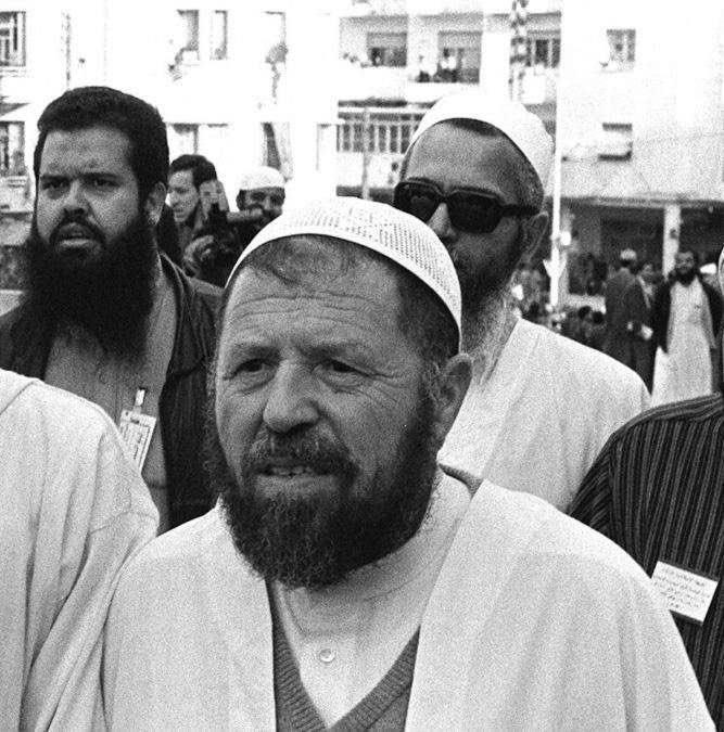 <div>1992 YILINDA DARBEYE MARUZ KALMIŞ VE TUTUKLANMIŞTI</div>  <div></div>  <div>Abbasi Medeni liderliğindeki İslami Selamet Cephesi (FIS), eşi benzeri görülmemiş bir sonuçla, 1990'daki yerel seçimlerde itiraz edilen koltukların çoğunluğunu kazanmıştı.</div>  <div></div>