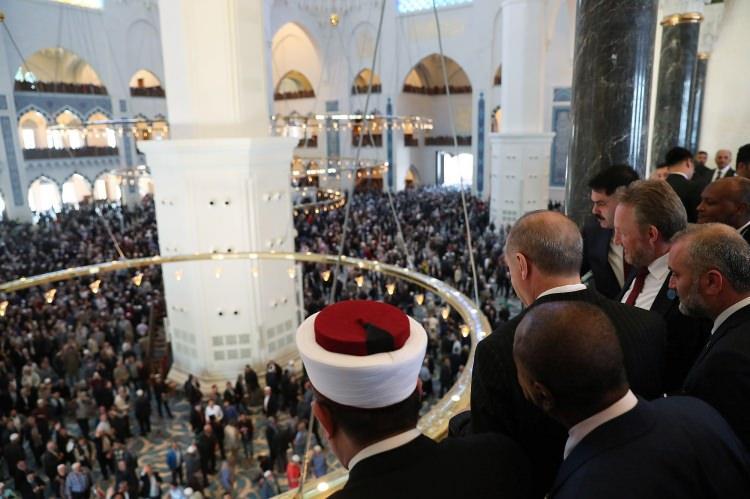 <p>Cuma namazının ardından caminin resmi açılış törenine geçildi. Tören nedeniyle cami Türk bayraklarıyla donatıldı. Törene çok sayıda yabancı davetli de katılıyor.</p>