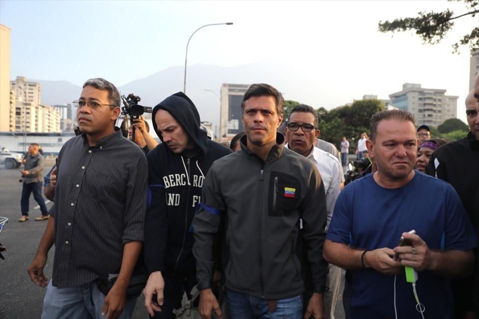 """<p>Venezuela hükümeti, muhalefetle bağlantılı bir grup askerin darbe girişimi başlattığını ve girişimin bastırılmaya çalışıldığını açıkladı. Venezuela'da ev hapsindeki muhalif lider Leopoldo Lopez, serbest bırakılmasının ardından, Carakas'taki Generalisimo Francisco de Miranda """"La Carlota"""" askeri üssü yakınlarına geldi.</p>  <p></p>"""