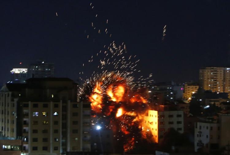 <p>İsrail ordusu, abluka altındaki Gazze Şeridi'nde içinde Anadolu Ajansının ofisinin de bulunduğu binayı vurdu.</p>
