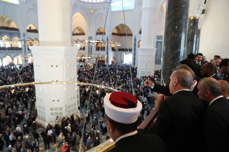 <p>Büyük Çamlıca Camii'nin resmi açılışı gerçekleştiriliyor. Açılış töreni öncesinde Cumhurbaşkanı Recep Tayyip Erdoğan'ın yanı sıra resmi davetliler ve çok sayıda kişi cuma namazını camide kıldı.</p>