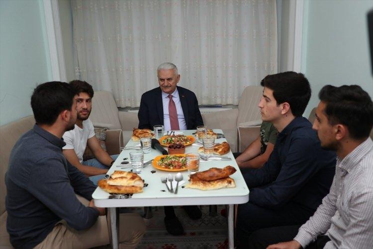 <p>AK Parti İstanbul Büyükşehir Belediye Başkan Adayı Binali Yıldırım, kendisini Twitter'dan iftara davet eden üniversite öğrencilerine konuk oldu.</p>  <p></p>