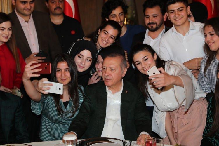 <p>Türkiye Cumhurbaşkanı Recep Tayyip Erdoğan, Cumhurbaşkanlığı Dolmabahçe Ofisi'nde gençlerle iftarda bir araya geldi.</p>