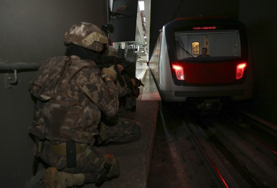 <p>Yılmaz'ın talimatı ile Özel Harekat Şube Müdürü Eraslan Er tarafından hazırlanan senaryoya gereği, bir grup silahlı teröristin metroda bulunan bir tren içerisindeki vatandaşları rehin aldığı bilgisi üzerine harekete geçen Ankara Emniyet Müdürlüğü Özel Harekat Şube Müdürlüğü ekipleri, metro istasyonunu ablukaya aldı.</p>  <p></p>