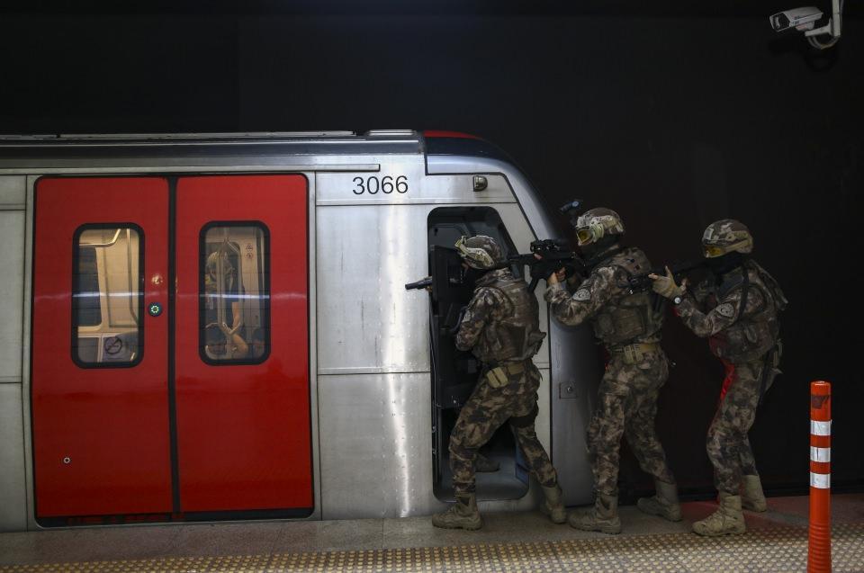 <p>Ankara Emniyet Müdürlüğü Özel Harekat Şube Müdürlüğü ekipleri, başkent metrosunda nefes kesen bir rehine kurtarma tatbikatı yaptı.</p>