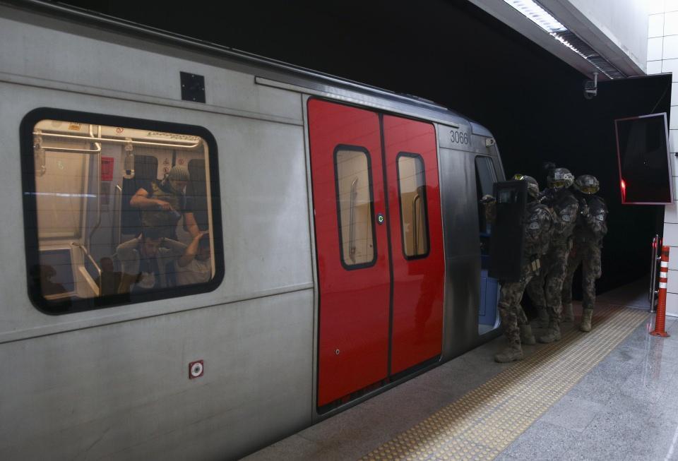 <p>İl Emniyet Müdürü Servet Yılmaz'ın talimatı ile Ankara Metrosunda gerçekleştirilen rehine kurtarma tatbikatını AA kameraları görüntüledi.</p>  <p></p>