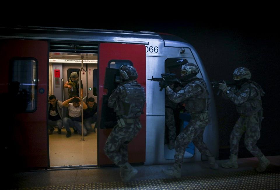 <p>Senaryo gereği metroyu ele geçiren terörist kılığındaki meslektaşlarını saniyeler içersinde etkisiz hale getiren özel harekatçılar, rehineleri ise burunları dahi kanamadan kurtarmayı başardı</p>