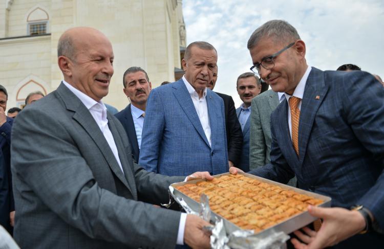 <p>Türkiye Cumhurbaşkanı Recep Tayyip Erdoğan, bayram namazını Büyük Çamlıca Camisi'nde kıldıktan sonra basın mensuplarının sorularını yanıtladı.</p>  <p></p>