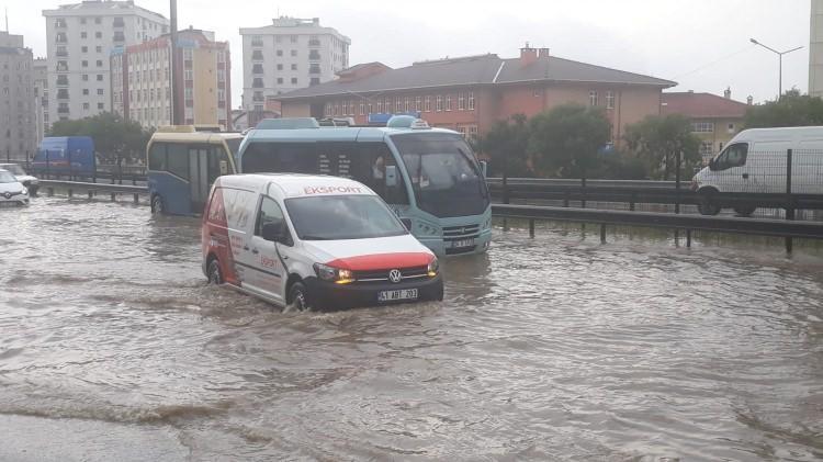 <p>İstanbul Pendik, Kartal ve Tuzla'da kuvvetli yağış etkili oluyor. Pendik'te yollar göle dönerken D-100'de trafik durdu.</p>